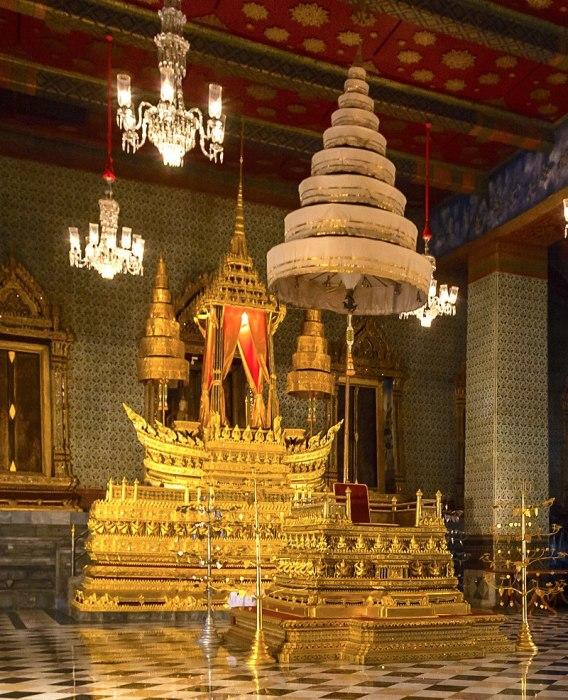 Королевский Девятиярусный зонтик над Троном Пхуттана Канчанасингхата в Тронном зале Амарина Винитчая, Большой дворец, Таиланд